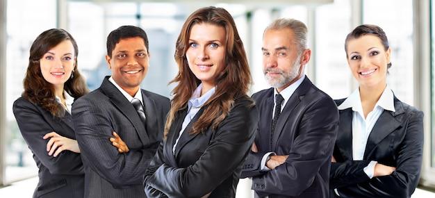 Konzept der teamarbeit und partnerschaft mit einer gruppe von unternehmern