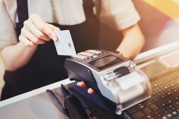 Konzept der technologie beim kaufen, ohne bargeld zu verwenden