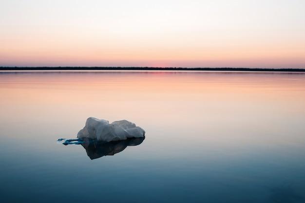 Konzept der verschmutzung, kreativ. plastiktüte, die in den ozean schwimmt