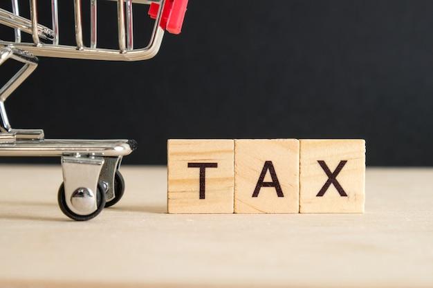 Konzept der zahlung von steuern auf waren.