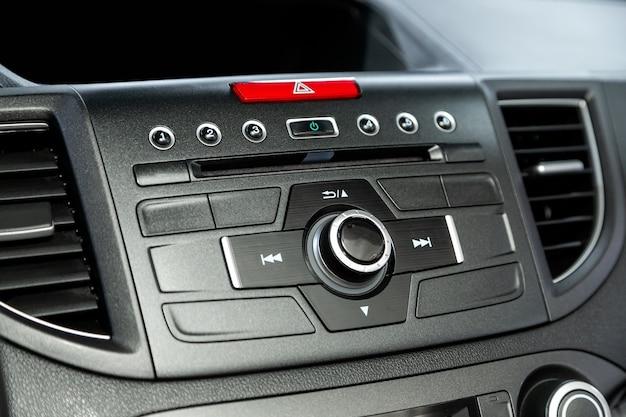 Konzept des auto-audiosystems. musikplayer im auto.
