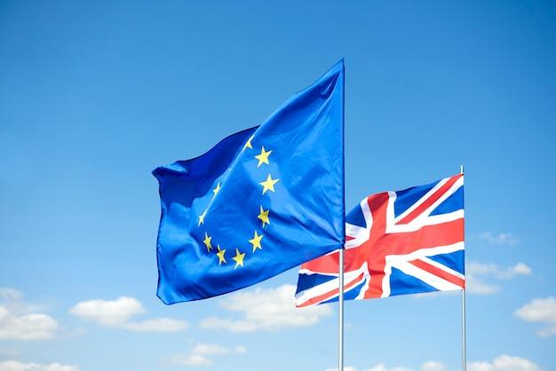 Konzept des brexit-referendums und der flaggen
