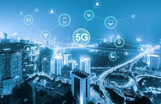 Konzept des drahtlosen kommunikationsnetzwerks. panorama der modernen stadt