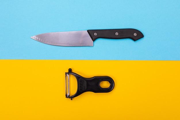 Konzept des entwurfes von küchengeräten auf blau-gelbem
