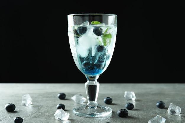 Konzept des frischen sommergetränks mit blaubeercocktail