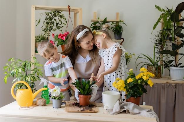 Konzept des frühlings-hausgartenarbeitskind-haushaltshilfe fürsorgliche zimmerpflanzen-lebensstil
