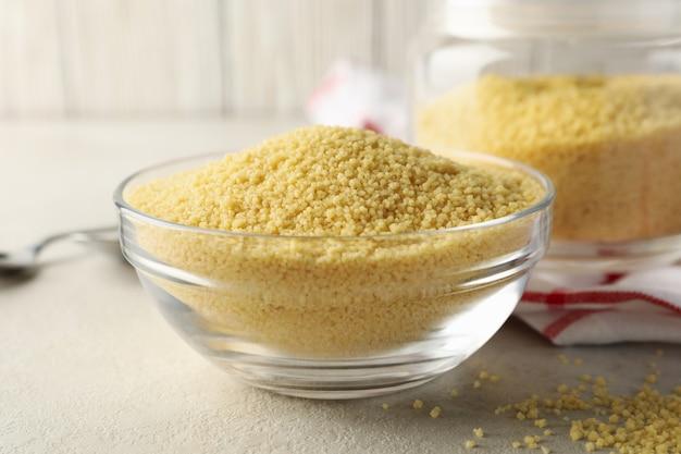 Konzept des frühstücks mit couscous auf grauem tisch