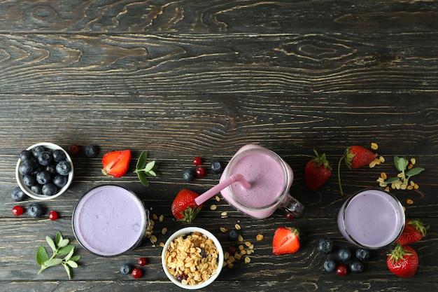 Konzept des frühstücks mit smoothie auf rustikalem holztisch