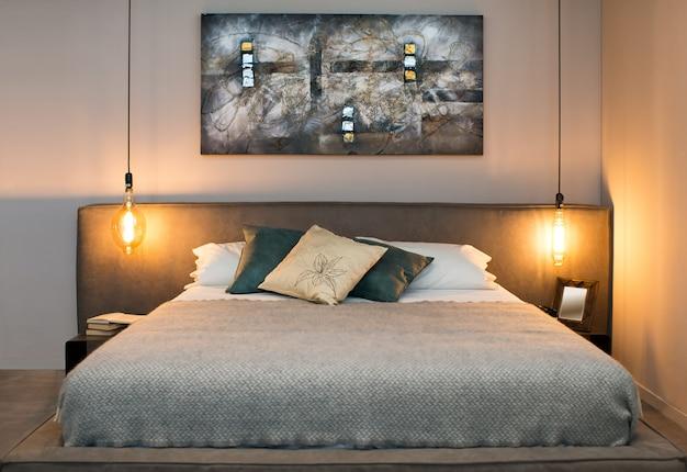 Konzept des gemütlichen schlafzimmers mit warmen lampen