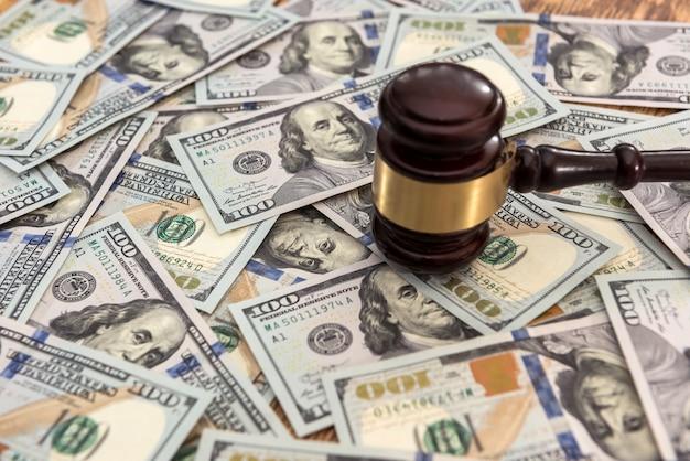 Konzept des gerichts für recht und gerechtigkeit. hammer und geld. gerechtigkeit