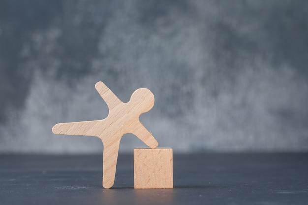 Konzept des geschäfts mit holzblock mit hölzerner menschlicher figur.