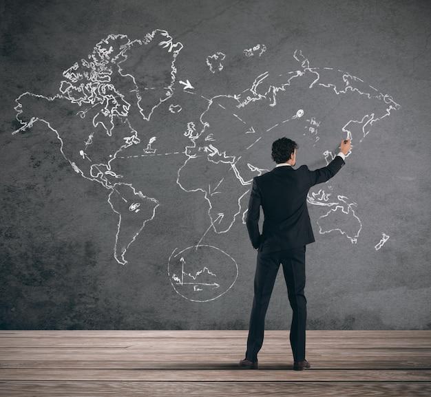 Konzept des geschäftsmannes, der ein globales geschäft plant