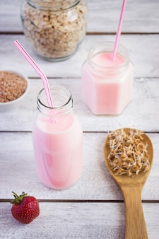 Konzept des gesunden lebensmittels: joghurt- und weizenkeim auf einem holztisch