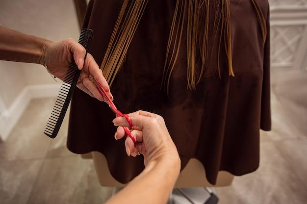 Konzept des haarschneidens im schönheitssalon. haarbehandlung im friseursalon