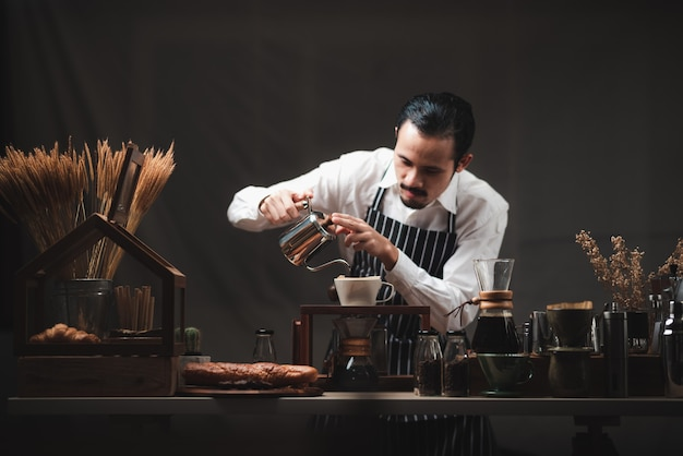 Konzept des kaffeetropffilterprozesses mit kaffeemaschine, café im vintage-stil