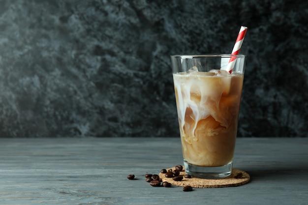 Konzept des kalten getränks mit eiskaffee auf holztisch
