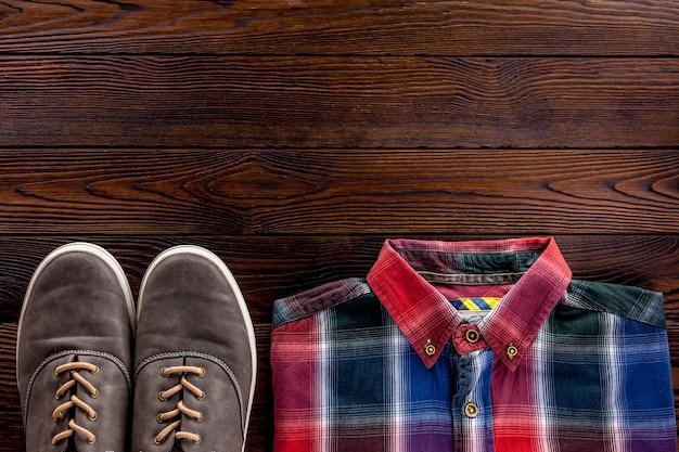 Konzept des karierten herrenhemdes und der accessoires