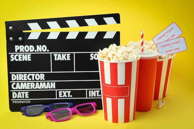 Konzept des kinozubehörs auf gelbem hintergrund.