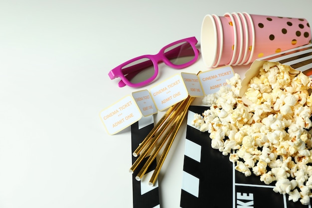Konzept des kinozubehörs auf hellem hintergrund.