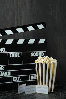 Konzept des kinozubehörs vor dunklem holzhintergrund.