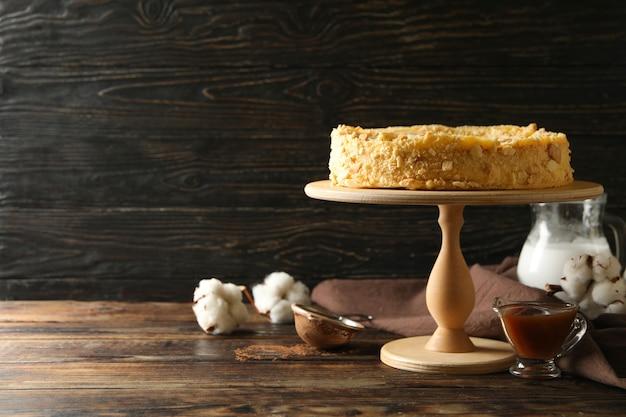 Konzept des kochens mit leckerem napoleon-kuchen auf holzoberfläche