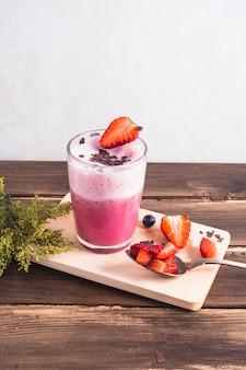 Konzept des köstlichen erdbeeresmoothie