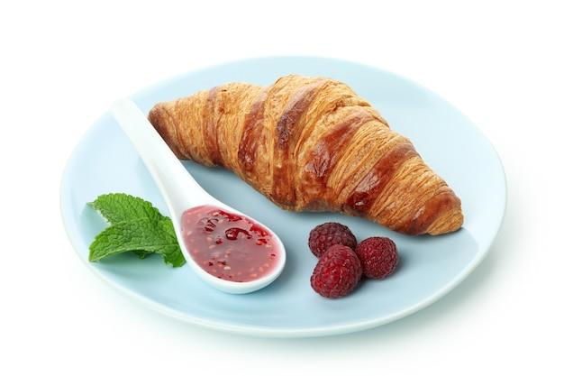 Konzept des köstlichen essens mit croissant mit himbeermarmelade isoliert auf weißem hintergrund