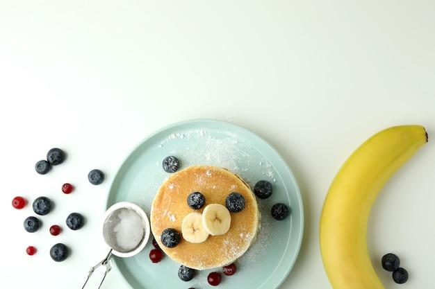 Konzept des köstlichen essens mit pfannkuchen auf weißem tisch