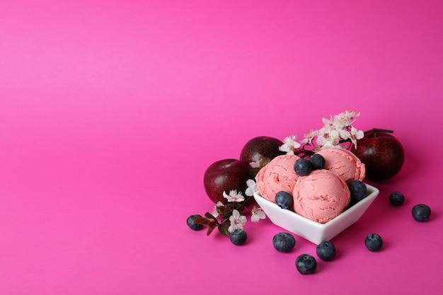 Konzept des köstlichen fruchteises auf rosa hintergrund