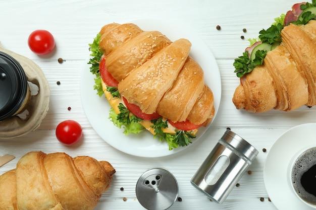 Konzept des leckeren essens mit croissant-sandwich, ansicht von oben