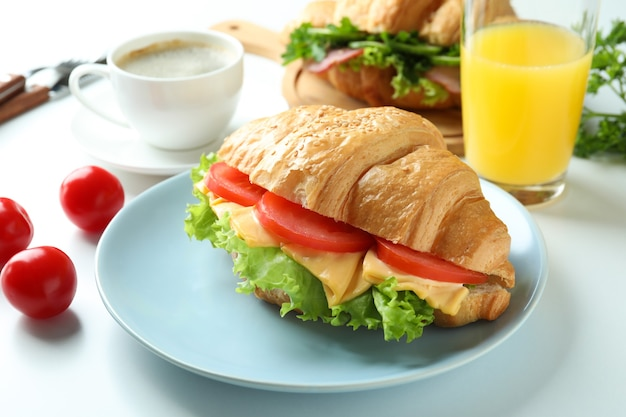 Konzept des leckeren essens mit croissant-sandwich, nahaufnahme