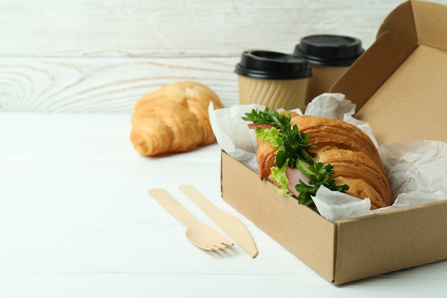 Konzept des leckeren essens mit croissant-sandwich
