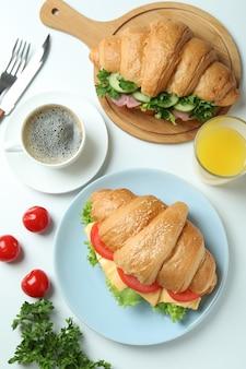 Konzept des leckeren essens mit croissant-sandwiches, draufsicht