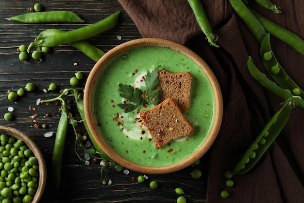 Konzept des leckeren essens mit erbsensuppe auf holztisch