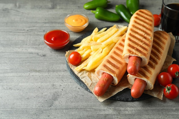 Konzept des leckeren essens mit französischem hot dog