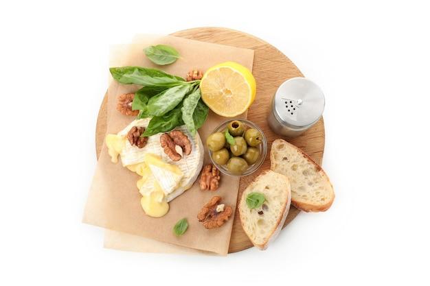 Konzept des leckeren essens mit gegrilltem camembert isoliert auf weißem hintergrund.