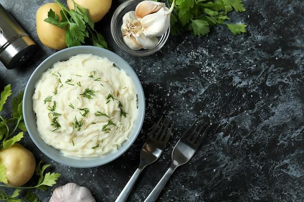 Konzept des leckeren essens mit kartoffelpüree auf schwarzem rauchtisch