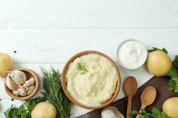 Konzept des leckeren essens mit kartoffelpüree auf weißem holztisch