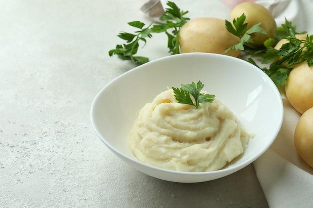 Konzept des leckeren essens mit kartoffelpüree auf weißem strukturiertem tisch