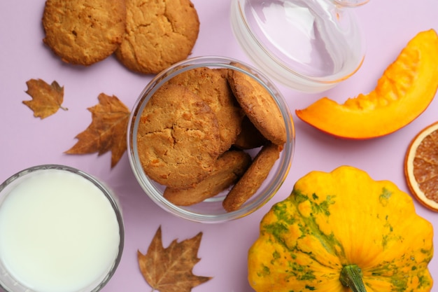 Konzept des leckeren essens mit kürbisplätzchen auf violettem hintergrund.