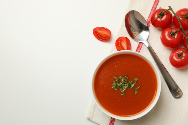 Konzept des leckeren essens mit tomatensuppe auf weiß