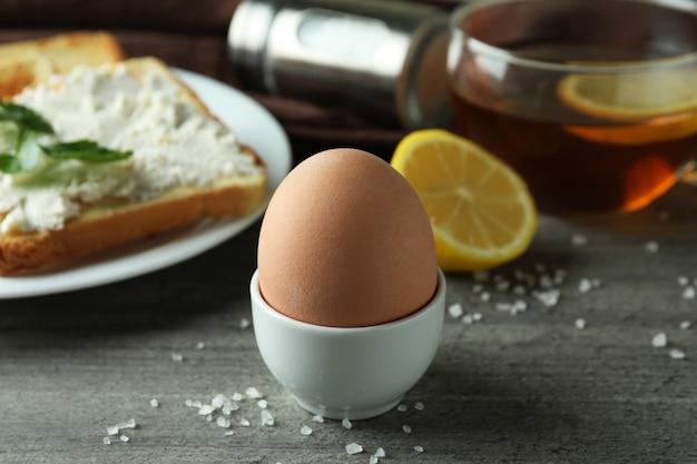 Konzept des leckeren frühstücks mit gekochtem ei