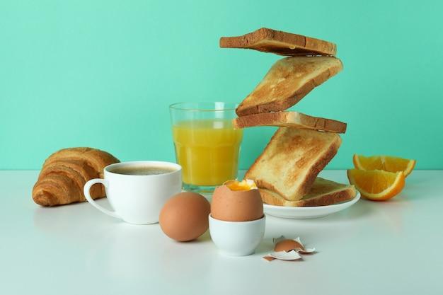 Konzept des leckeren frühstücks mit gekochten eiern gegen minze