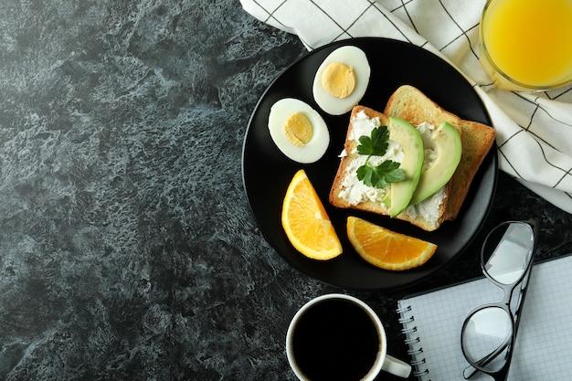 Konzept des leckeren frühstücks mit gekochten eiern