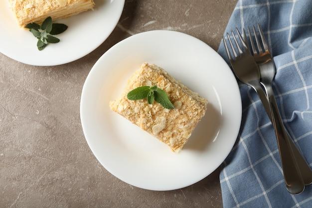Konzept des leckeren mittagessens mit napoleon-kuchen auf grauem tisch