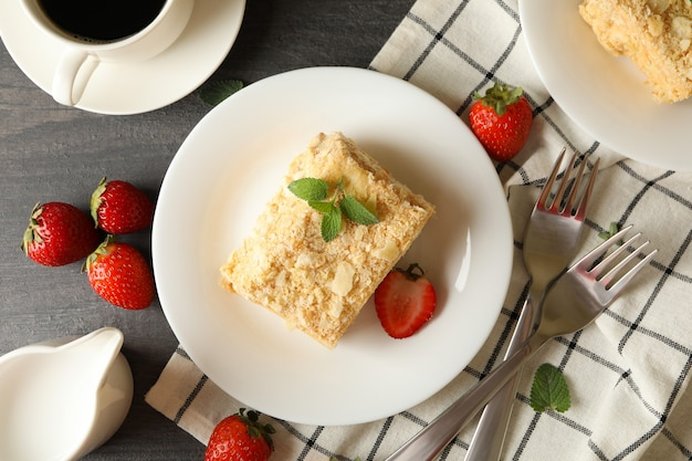 Konzept des leckeren mittagessens mit napoleon-kuchen auf grauer holzoberfläche