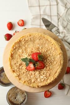 Konzept des leckeren mittagessens mit napoleon-kuchen mit erdbeere