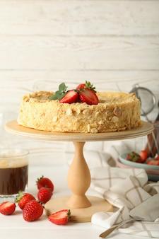Konzept des leckeren mittagessens mit stand mit napoleon-kuchen mit erdbeere