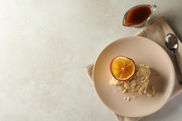 Konzept des leckeren mittagessens mit teller napoleon-kuchen