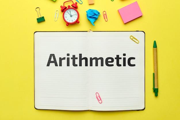 Konzept des lehrprogramms in arithmetik im notizbuch mit draufsicht.